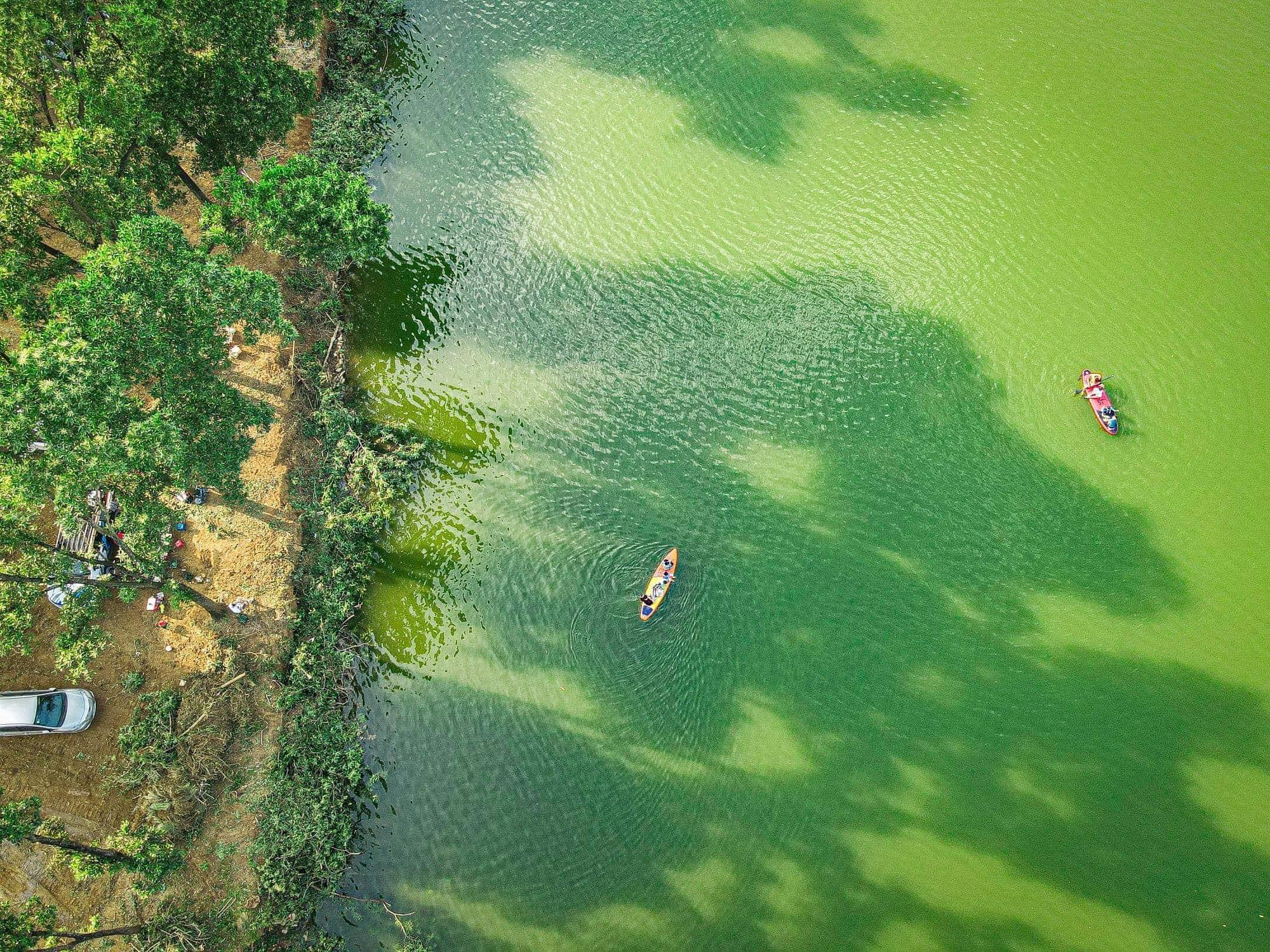 Review Hồ Đồng Chanh . Bãi cỏ rộng, có hồ nước phù hợp với các hoạt động cắm trại, dã ngoại